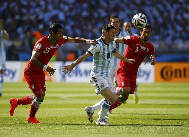 Argentinec Lionel Messi v íránském obležení.