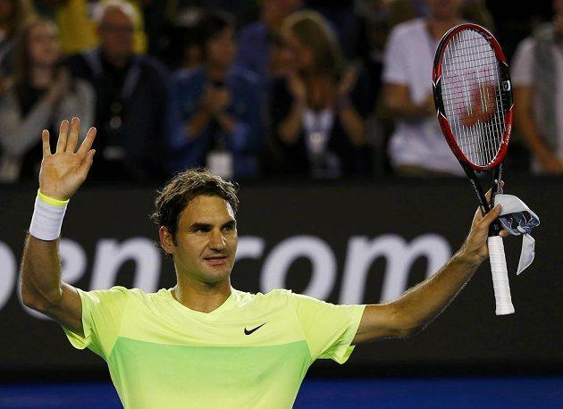 Švýcar Roger Federer oslavuje postup do druhého kola Australian Open.