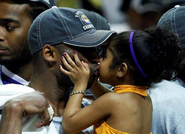Kobe Bryant s malou Giannou na snímku z června 2009, kdy Los Angeles Lakers porazili Orlando Magic a stali se šampiony NBA.