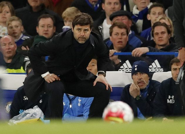 Kouč Tottenhamu Mauricio Pochettino při utkání na hřišti Chelsea.