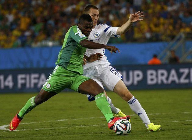 Nigérijec Emenike (vpředu) bojuje o míč s bosenským fotbalistou Šunjičem.
