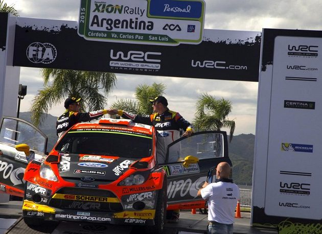 Martin Prokop (vpravo) a Jan Tománek na cílové rampě Rallye Argentina 2015.