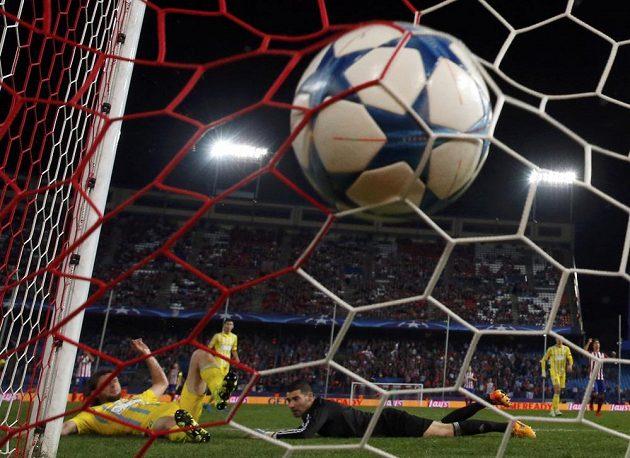Denys Dedečko (vlevo) z Astany si v duelu proti Atlétiku Madrid vstřelil vlastní gól.