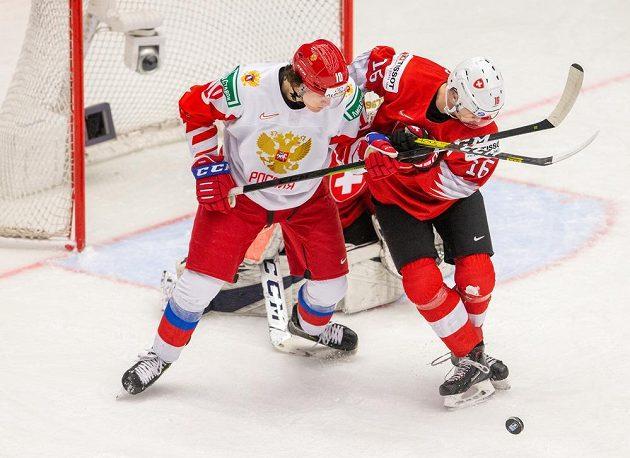 Zleva Dimitrij Voronkov z Ruska a Nico Gross ze Švýcarska ve čtvrfinále MS do 20 let.