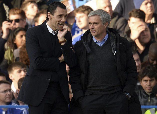 Mourinho při přátelském špičkování s koučem Sunderlandu Gusem Poyetem.