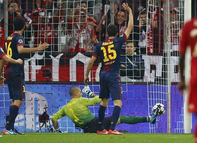 Barcelonští fotbalisté Victor Valdes (uprostřed), Sergio Busquets (vlevo) a Marc Bartra reagují po inkasovaném gólu od Thomase Müllera z Bayernu v úvodním semifinále Ligy mistrů.