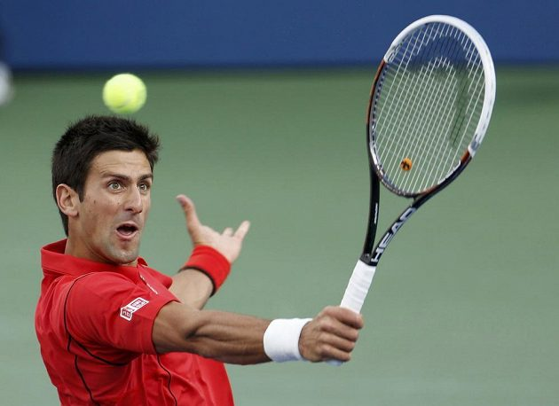 Bekhendový úder Novaka Djokoviče ve finále US Open proti Rafaelu Nadalovi.