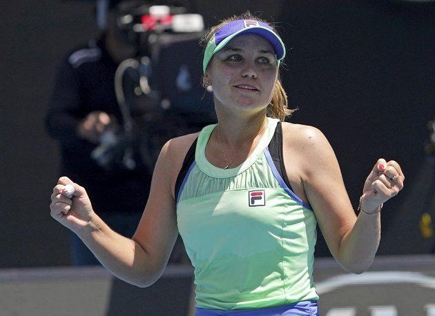 Sofia Keninová z USA se raduje po výhře nad Ons Džabúrovou z Tuniska.