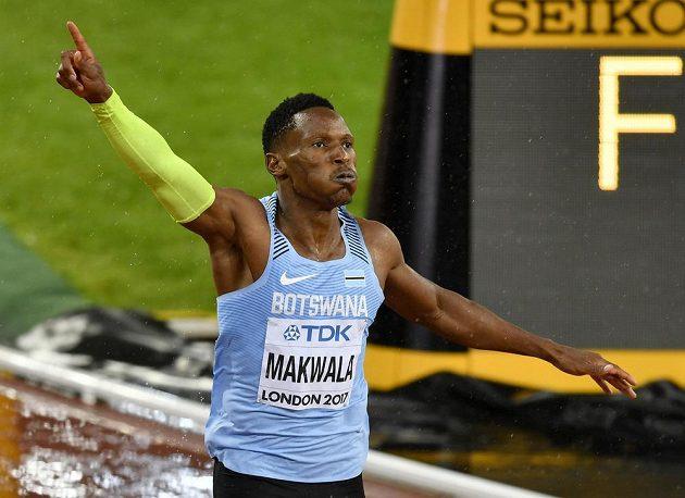 S vítězným gestem probíhá Isaac Makwala cílem v semifinále běhu na 200 metrů na druhém místě.
