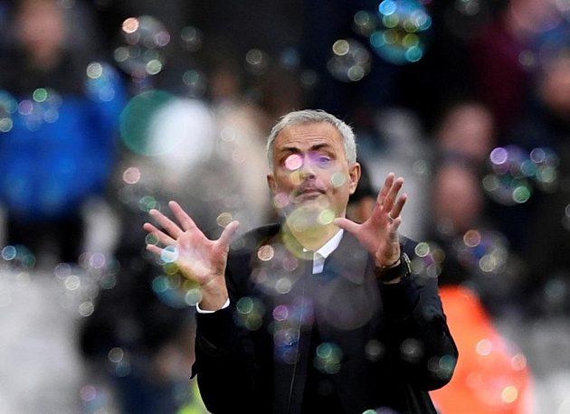 Manažer Tottenhamu José Mourinho chytá bubliny, symbol klubové hymny rivava - West Hamu.