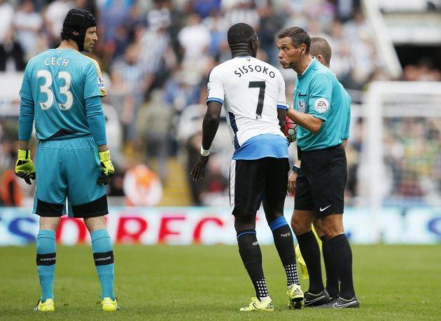 Moussa Sissoko z Newcastlu v diskuzi s hlavním rozhodčím Marrinerem. Vlevo přihlíží gólman Arsenalu Petr Čech.
