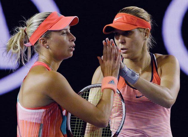 Tak snad to vyjde příště... Andrea Hlaváčková (vlevo) s Lucií Hradeckou se musely ve finále Australian sklonit před světovými deblovými jedničkami.