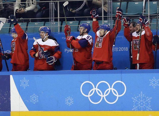 Česká střídačka oslavuje vyrovnávací gól na 1:1 v olympijském čtvrtfinále proti USA.