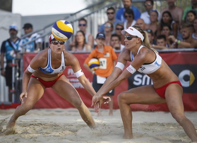 České jedničky v akci! Markéta Nausch Sluková (vpravo) a Barbora Hermannová při zápase s Brazilkami v úvodním kole vyřazovací fáze mistrovství světa.