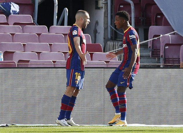 Ansu Fati (vpravo) z Barcelony slaví s Jordim Albou gól do sítě Realu Madrid.