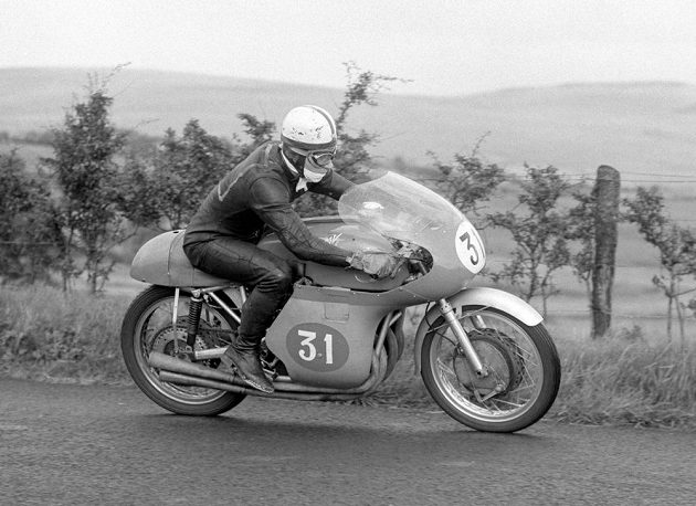 John Surtees na stroji MV Agusta při Ulster Grand Prix v roce 1958.
