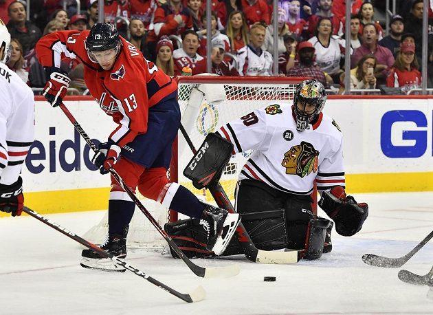 Český útočník Washingtonu Jakub Vrána se snaží prosadit v utkání NHL před brankou Chicaga Blackhawks.