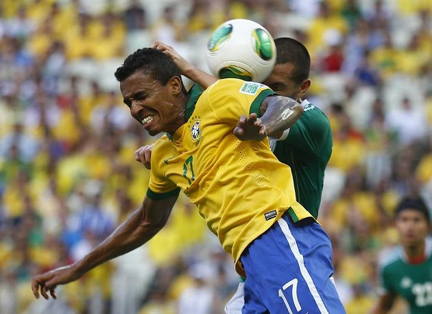 Mexičan Jorge Torres (vzadu) bojuje o míč s Luizem Gustavem z Brazílie.