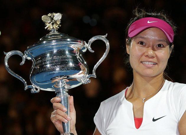 Čínská tenistka Li Na s trofejí pro vítězku Australian Open.