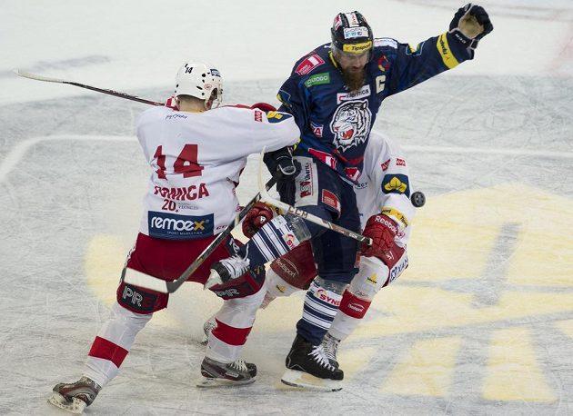 Jana Výtiska z Liberce (uprostřed) brání slávisté Marek Tomica (vlevo) a Jan Stránský.
