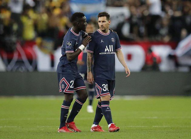 Lionel Messi a Idrissa Gueye ve vzájemné diskusi