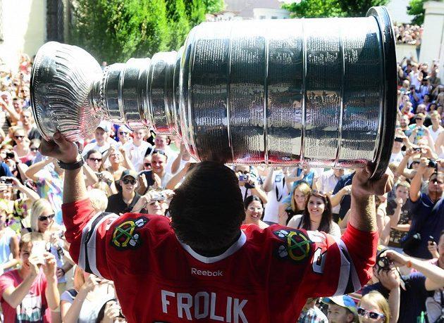 Michael Frolík slaví v Kladně s fanoušky zisk Stanleyova poháru.