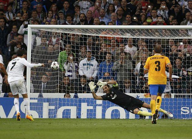 Cristiano Ronaldo proměňuje pokutový kop v utkání proti Juventusu.
