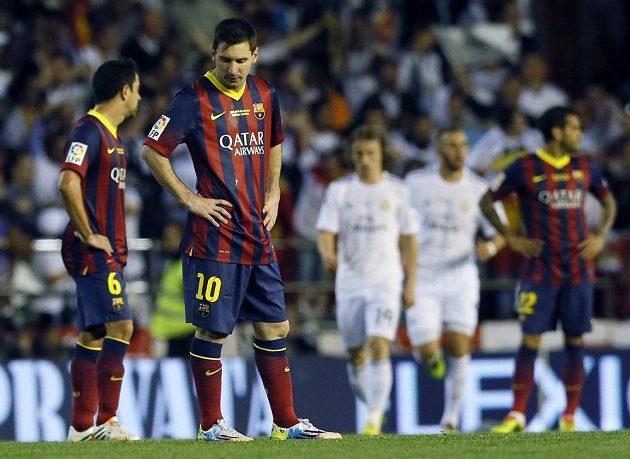 Naštvaný útočník Barcelony Lionel Messi krátce po vedoucím gólu Realu Madrid.