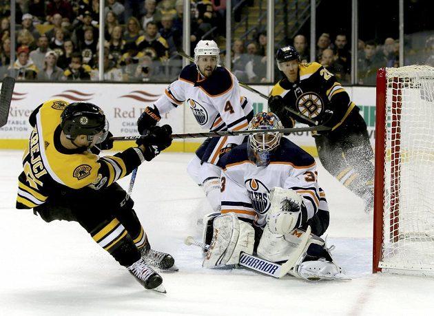 Bostonský David Krejčí (46) a gólman Edmontonu Cam Talbot (33).