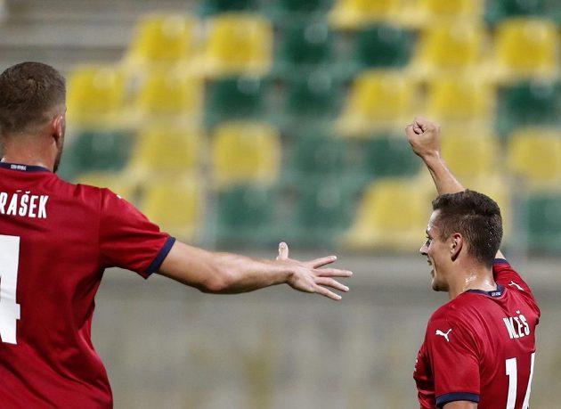 Střelci gólu českého týmu Tomáši Holešovi přichází gratulovat stoper Tomáš Petrášek.