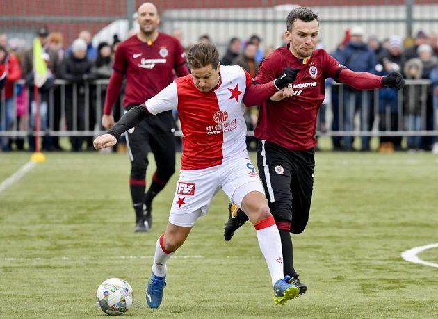 Tomáš Pešír (vlevo) ze Slavie v souboji s Davidem Lafatou v dresu Sparty během Silvstrovského derby.