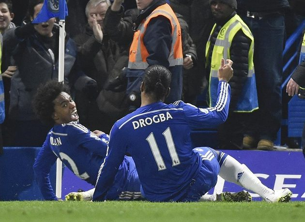 Záložník Chelsea Willian (vlevo) a útočník Didier Drogba oslavují gól v síti Evertonu.