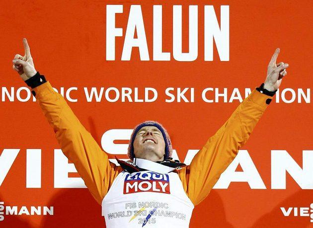 Německý skokan na lyžích Severin Freund slaví na mistrovství světa ve Falunu vítězství v závodě na velkém můstku.