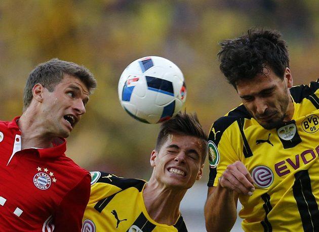 Zleva Thomas Müller z Bayernu, Mats Hummels a Julian Weigl z Dortmundu ve finále Německého poháru.