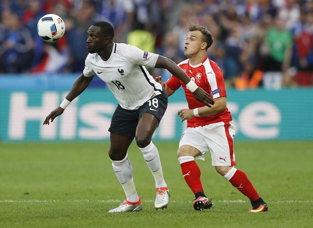 Moussa Sissoko z Francie a švýcarský fotbalista Xherdan Shaqiri (vpravo).