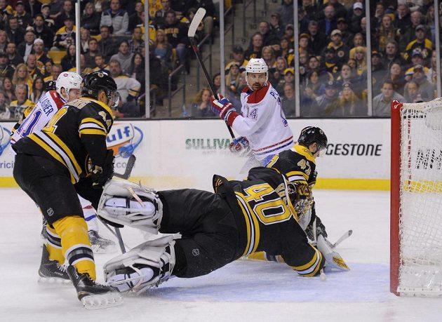Útočník Montrealu Tomáš Plekanec (číslo 14) překonává gólmana Bostonu Tuukku Raska.