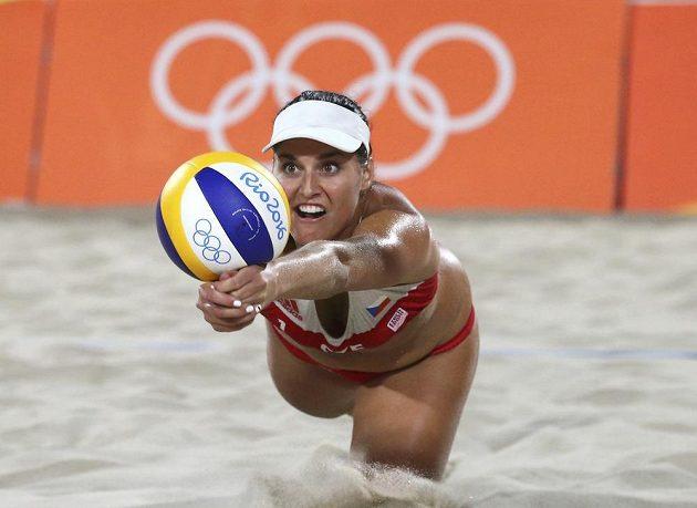 Barbora Hermannová odvrací míč.