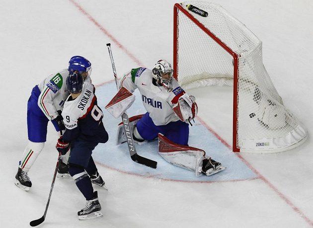 Italský brankář Andreas Bernard inkasuje v prodloužení rozhodující gól z hokejky Petera Čerešňáka (není na snímku).