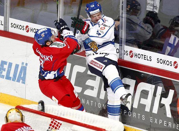 Ostrý souboj obránce Petra Zámorského (vlevo) s Jannem Pesonenem z Finska.