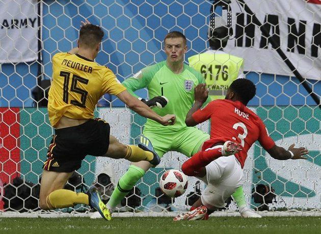 Belgičan Thomas Meunier překonává gólmana Anglie Jordana Pickforda a otevírá skóre utkání o bronz.