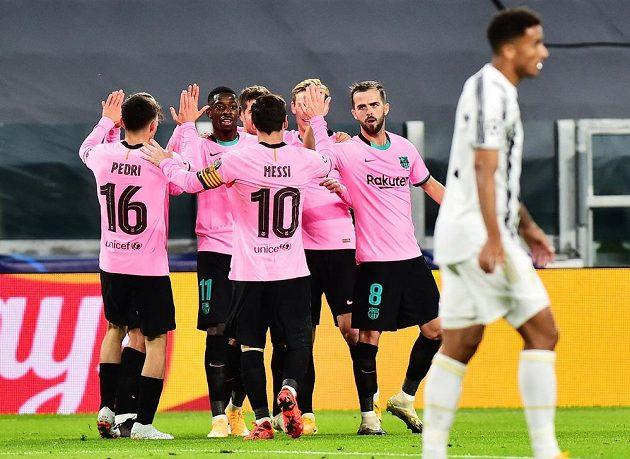 Fotbalisté Barcelony se radují z branky do sítě Juventusu
