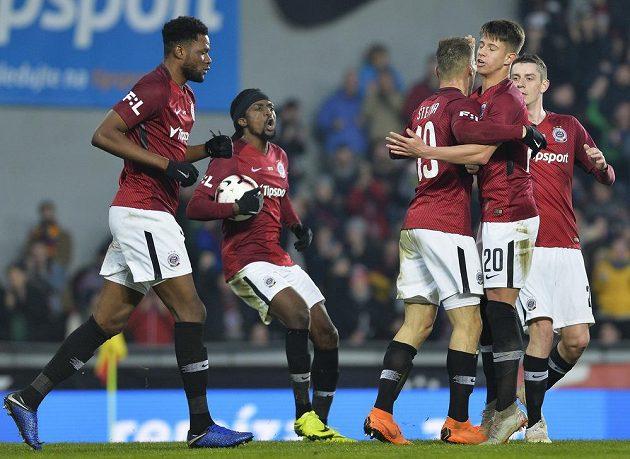 Hráči Sparty se radují z prvního gólu.