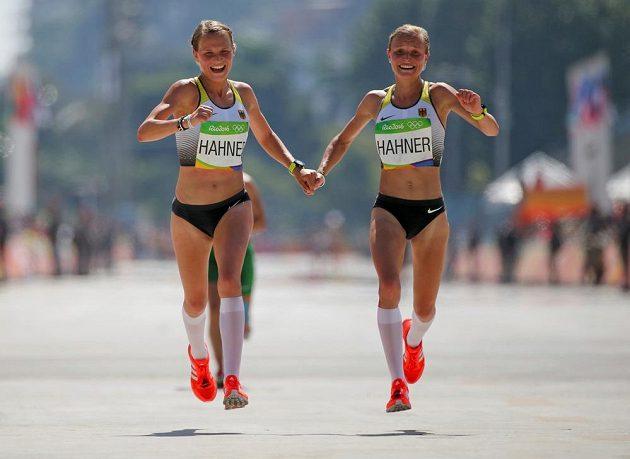 Dvojčata v akci. Němka Anna Hahnerová i její sestra Lisa zvládly maratón. Anna byla 81., Lisa o místo a sekundu za ní.