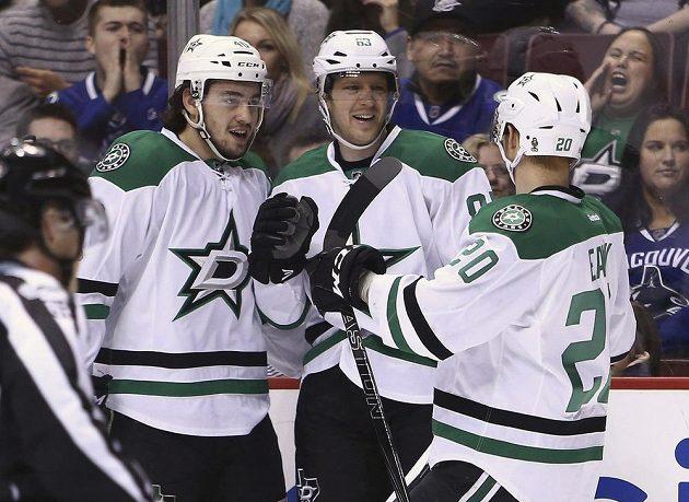 Střelec Dallasu Stars Aleš Hemský oslavuje se spoluhráči gól v síti Vancouveru Canucks v utkání NHL.