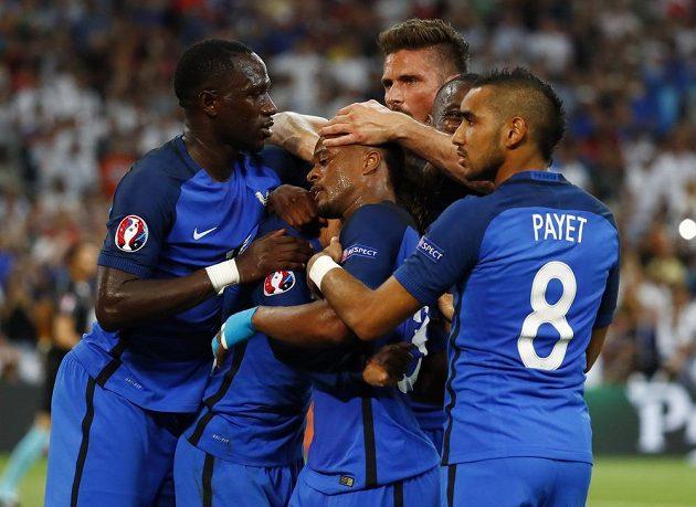 Francouzi se radují z gólu proti Německu.