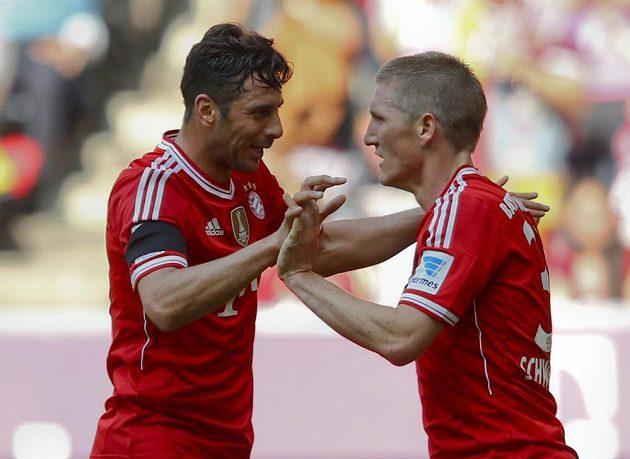 Claudio Pizarro (vlevo) a Bastian Schweinsteiger z Bayernu slaví jeden z gólů proti Werderu Brémy.
