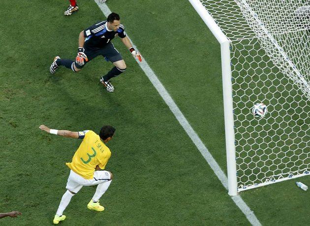 Brazilec Thiago Silva (3) nezaváhal a poslal míč za záda kolumbijského brankáře Davida Ospiny.