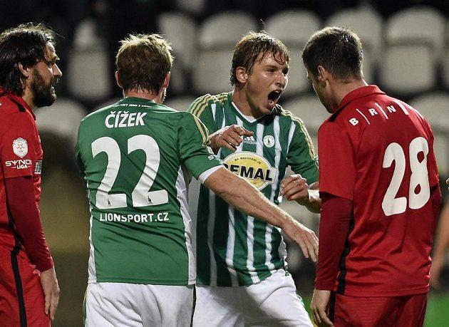 Střelec Michal Hubínek z Bohemians (druhý zprava) se raduje z gólu proti Brnu.