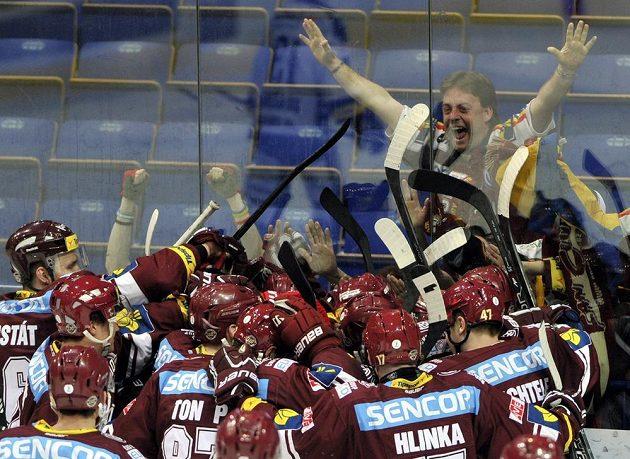 Hokejisté Sparty oslavují vítězství na ledě Vítkovic.