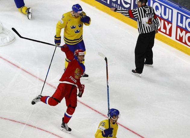 Ruský hokejový útočník Sergej Andronov slaví vyrovnávací gól v utkání mistrovství světa proti Švédsku.